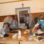 Mieszkańcy DPS przygotowują ciasto